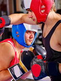Encaixotamento vestindo do capacete do pugilista de dois homens Imagens de Stock