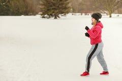 Encaixotamento vestindo do treinamento do sportswear da mulher fora Imagem de Stock Royalty Free