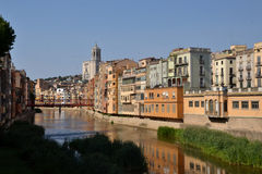 Encajona el de l'Onyar en Girona, Cataluña, España Imagen de archivo libre de regalías