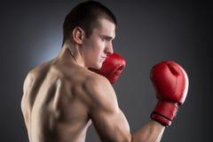 Encajonamiento. Combatiente con los guantes rojos. foto de archivo
