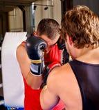 Encajonamiento de dos de los hombres que lleva guantes del boxeador Fotos de archivo libres de regalías