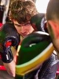 Encajonamiento del casco del boxeador de dos hombres que lleva interior Foto de archivo libre de regalías