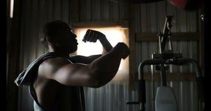 Encajonamiento practicante del boxeador de sexo masculino afroamericano en el estudio 4k de la aptitud almacen de video