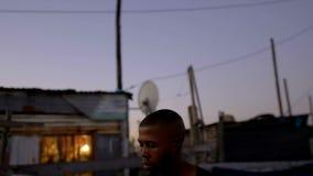 Encajonamiento practicante del boxeador en la oscuridad metrajes