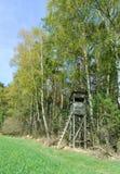 Encajone el soporte en el borde de un bosque Fotografía de archivo
