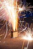 Encajone los fuegos artificiales que fluyen hacia fuera chispas del oro y del blanco Imagen de archivo libre de regalías