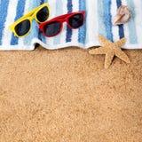 Encalhe óculos de sol da borda superior da beira do fundo, toalha, squ da concha do mar da estrela do mar Foto de Stock Royalty Free