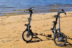 Encalhe bicicletas para andar nas praias, parques Dia de verão do mar foto de stock royalty free