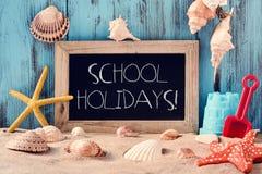 Encalhe brinquedos, conchas do mar, estrelas do mar e feriados de escola do texto Fotos de Stock Royalty Free