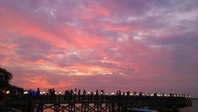 Encalhe, céu, lâmpada, pontes e povos cor-de-rosa Imagens de Stock Royalty Free