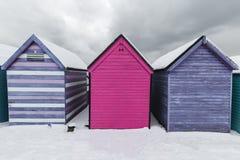Encalhe cabanas na neve do inverno na costa da baía de Herne, Kent, Inglaterra foto de stock royalty free