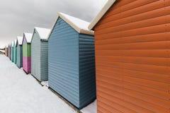 Encalhe cabanas na neve do inverno na costa da baía de Herne, Kent, Inglaterra fotos de stock