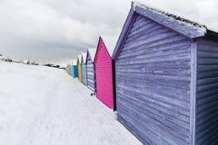 Encalhe cabanas na neve do inverno na costa da baía de Herne, Kent, Inglaterra imagens de stock royalty free