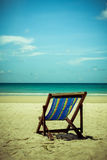 Encalhe a cama de madeira na areia branca com o mar azul bonito imagens de stock