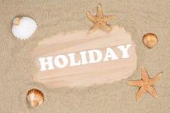 Encalhe a cena nas férias de verão com areia, shell do mar e estrelas Foto de Stock Royalty Free