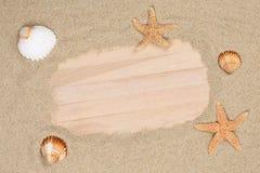 Encalhe a cena nas férias de verão com areia, shell do mar, estrelas e c Fotografia de Stock Royalty Free