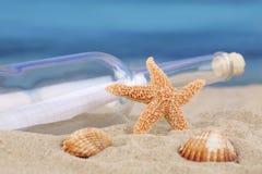 Encalhe a cena no verão e o mar em férias com cargo da garrafa Imagem de Stock Royalty Free