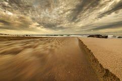 Encalhe a cena que mostra a boca de rio na areia imagens de stock