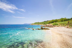 Encalhe com água clara, Sicília, Itália Fotos de Stock