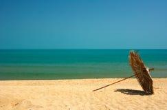 Encalhe com areias douradas e água de mar azul imagem de stock