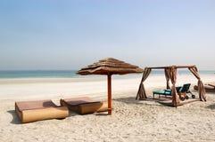 Encalhe com cabana e sunbeds do hotel de luxo Foto de Stock