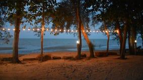 Encalhe com a decoração do mar e da lâmpada na árvore no recurso filme