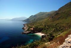 Encalhe com o mar azul desobstruído e as montanhas de aumentação Foto de Stock Royalty Free