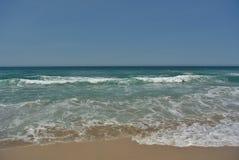Encalhe com ondas de oceano e água azul do aqua fotografia de stock royalty free