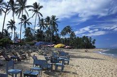Encalhe com plataforma-cadeiras e guarda-chuvas em Salvador, Brasil Foto de Stock