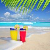 Encalhe da espuma vermelha amarela da onda dos cocktail o mar tropical foto de stock
