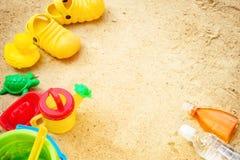 Encalhe deslizadores e proteção solar dos brinquedos das crianças da areia de Sun do verão e da água de garrafa Imagem de Stock