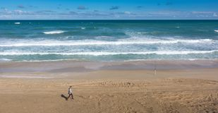Encalhe a duna de areia no dia ensolarado no parque nacional de Coorong, Aus sul Foto de Stock