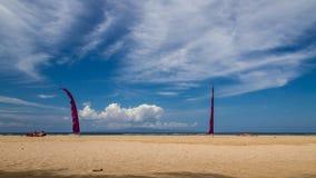 Encalhe em bali, sanur, tomando sol povos e duas bandeiras vermelhas Imagem de Stock