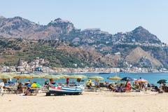 Encalhe em Giardini Naxos e vista da cidade de Taormina Fotos de Stock