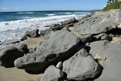 Encalhe a formação de rocha na praia no Laguna Beach sul, Califórnia da garganta do azulão-americano Foto de Stock