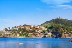 Encalhe hotéis na vila de Collioure com um moinho de vento na parte superior do monte, Roussillon, vermelhão imagem de stock royalty free