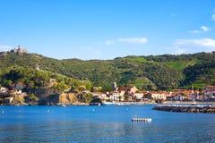 Encalhe hotéis na vila de Collioure com um moinho de vento na parte superior do monte, Roussillon, vermelhão imagem de stock