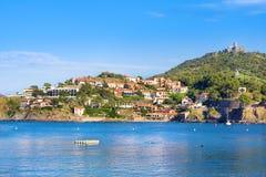 Encalhe hotéis na vila de Collioure com um moinho de vento na parte superior do monte, Roussillon, vermelhão costeiam, Pyrenees O fotos de stock