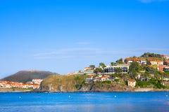 Encalhe hotéis na vila de Collioure com um moinho de vento na parte superior do monte, Roussillon, vermelhão costeiam, Pyrenees O fotografia de stock royalty free