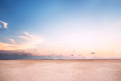 Encalhe no crepúsculo com a areia cor-de-rosa sob o céu azul Fotografia de Stock