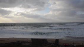 Encalhe no inverno com ninguém, ondas e o céu nebuloso na velocidade normal vídeos de arquivo