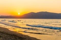 Encalhe no por do sol na vila Kavros na ilha da Creta, Grécia Águas mágicas de turquesa, lagoas Imagens de Stock Royalty Free