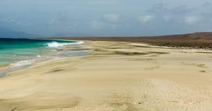 Encalhe no verde desinibido do cabo da ilha de Cabo Verde, Santa Luzia Fortes vento e céu nublado Imagem de Stock