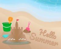 Encalhe o brinquedo e o castelo da areia com shell e a bandeira vermelha na bordadura da praia e da água Olá! verão na areia com  Imagem de Stock