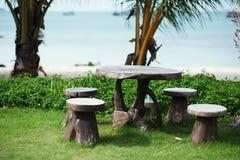 Encalhe o jardim com tabela e as cadeiras de madeira - jardinagem e landsc Fotos de Stock