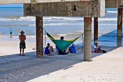 Encalhe o lugar frequentado dos frequentadores debaixo de um cais concreto em St Augustine Beach, Florida EUA Fotografia de Stock Royalty Free