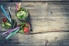 Encalhe o partido, cocktail alcoólico, bebidas da desintoxicação, bebida, cocktail, cor, colorida, conceito, dieta, bebida, energ fotos de stock royalty free