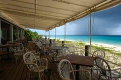 Encalhe o restaurante durante a baixa estação com passagem da nuvem de chuva, Anguila, Índias Ocidentais britânicas, BWI, das car Fotografia de Stock