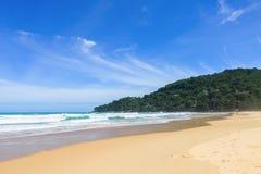 Encalhe perto do mar morno dos azuis celestes, trópicos do paraíso Fotografia de Stock