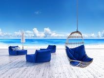 Encalhe a plataforma da sala de estar com guarda-chuva dos sunbeds e a cadeira de suspensão Imagem de Stock Royalty Free